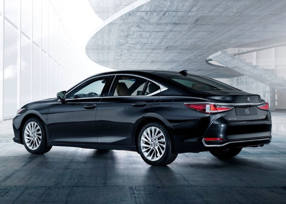 2020 Lexus ES 300h Hybrid VS BMW 3 Series
